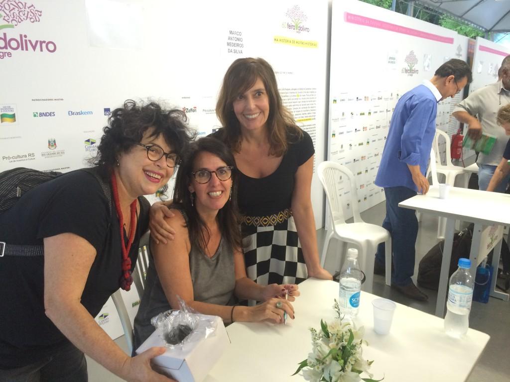 As escritoras Claudia Tajes e Cíntia Moscovich foram dar um beijo na amiga escritora.