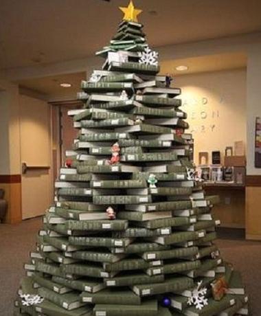Uma árvore feita com aqueles antigos volumes de enciclopédia