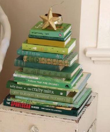 Basta empilhar livros verdes de diferentes tamanhos e eles viram uma bela árvore