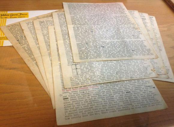 As 18 páginas da carta de Neal Cassady que inspirou a escrita de Jack Kerouac foram mostradas aos jornalistas em 1 de dezembro de 2014.  Crédito: Reuters/Deepa Seetharaman