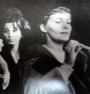 """Maria Della Costa em primeiro plano e a atriz Thelma Reston em segundo, atuando na peça de Antonio Bivar, """"Abre a janela..."""""""