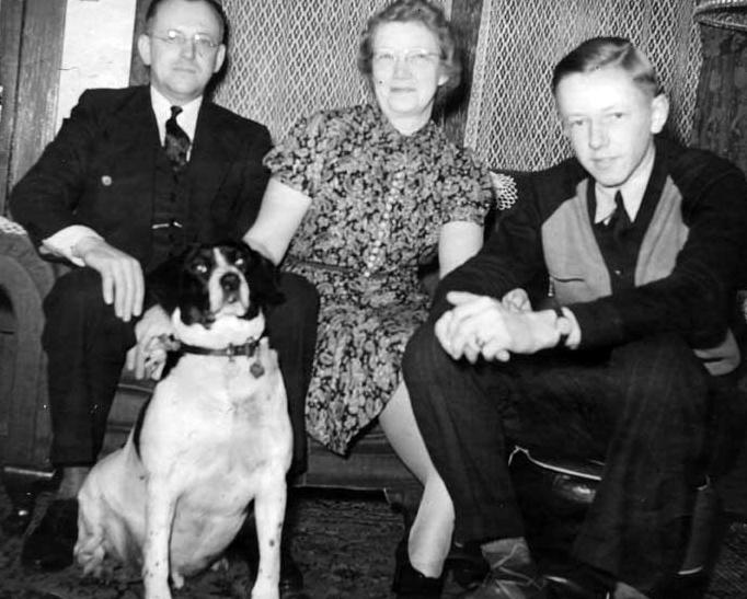 Spike com Charles Schulz e seus pais