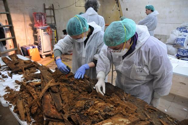 Equipe de arqueólogos examinam restos encontrados em caixão que foi determinado como o de Miguel de Cervantes (Foto: AP Photo/Aranzadi Science Society)