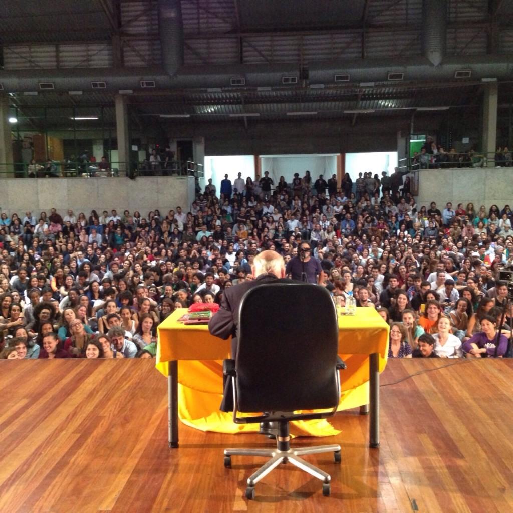 A última palestra de Eduardo Galeano no Brasil aconteceu em 15 de abril de 2014 na PUC RJ. Foto Ivan Pinheiro Machado