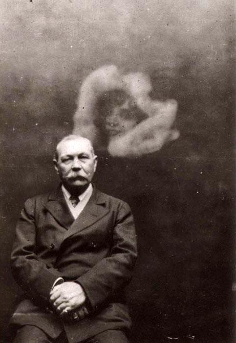 Sir Arthur Conan Doyle fotografado junto a um espírito. Ele seguiu acreditando, mesmo depois de provada a farsa