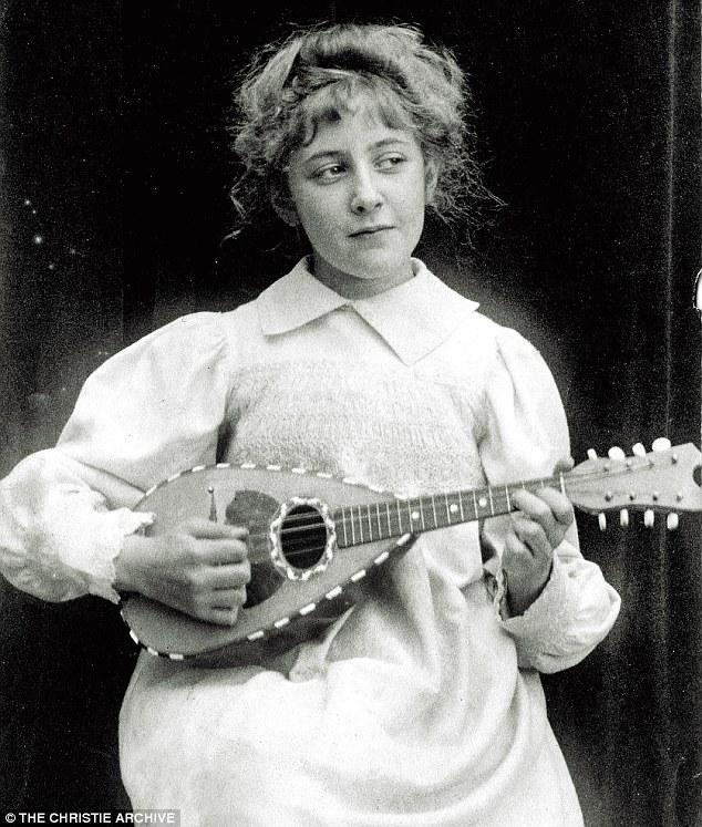 Agatha Christie em 1898, com 8 anos, tocando bandolin