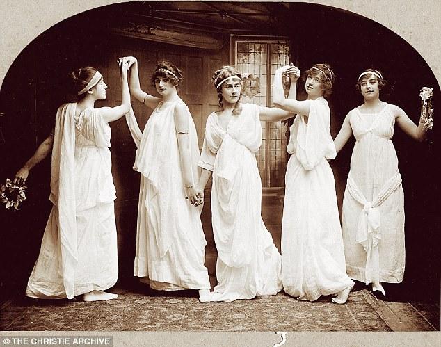 Em uma aula de dança. Agatha está bem no centro da imagem. A foto é de 1904.