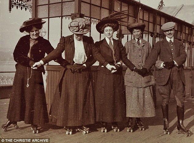 Patinando com as amigas em 1911.