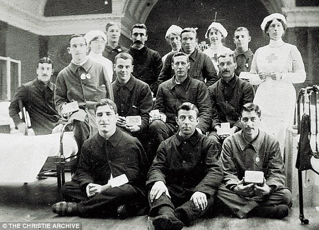 Em 1914, como enfermeira, junto a voluntários ingleses que partiriam para a Primeira Guerra. Agatha Christie é a enfermeira do meio.