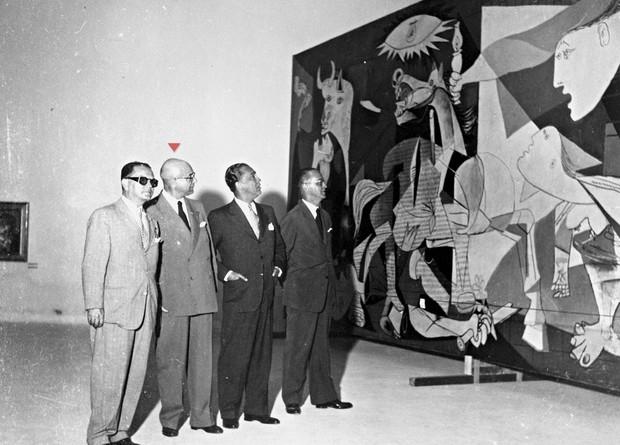 Guernica em exposição na Bienal de Arte de São Paulo de 1953. Na foto, Ciccillo Matarazzo, responsável por trazer a obra de Picasso, em destaque ao lado de Juscelino Kubitschek