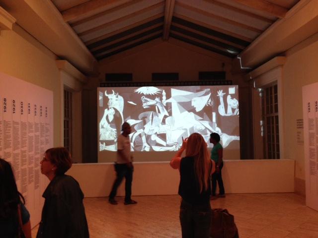 Além das telas de Picasso, os visitantes puderam passear virtualmente pela Guernica