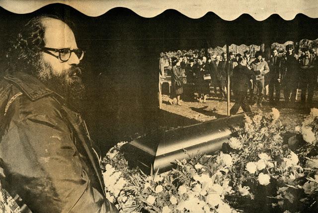 Allen Ginsberg junto ao caixão do amigo