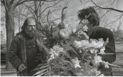 Ginsberg chega para ajudar a carregar as flores