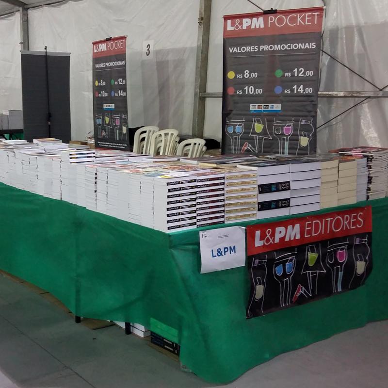 O espaço da L&PM Editores antes da abertura, pronto para receber os leitores com muitos descontos