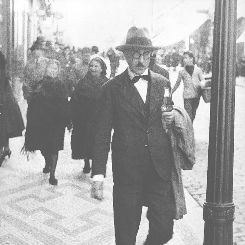 Pessoa caminhando com coca