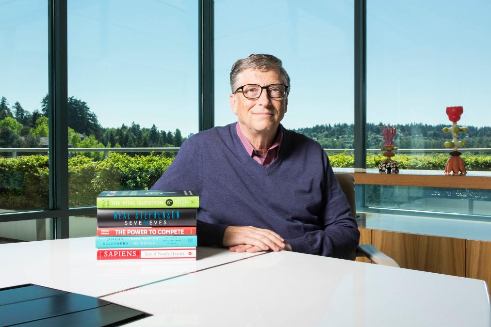 """Bill Gates e sua pilha de indicações de leituras. """"Sapiens"""" é o primeiro de baixo para cima."""
