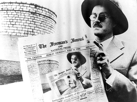 O escritor James Joyce e o jornal com a data do Bloomsday: 16 de junho de 1904