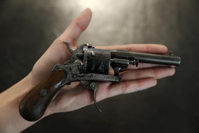 A arma com a qual Verlaine atirou em Rimbaud