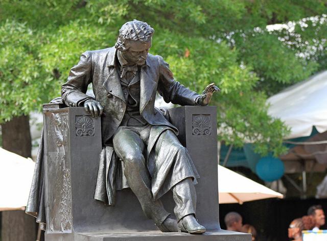 A bela estátua de Poe no Wyman Park, em Baltimore, está lá desde 1921 e é uma obra do escultor Moses Jacob Ezekiel