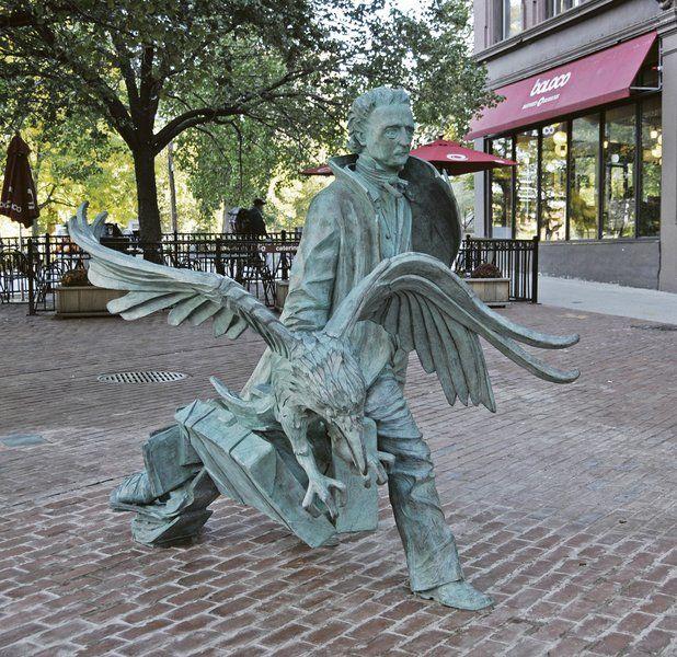Edgar Allan Poe retornou às ruas de Boston em outubro de 2014. A estátua em bronze é uma criação da artista Stefanie Rocknak