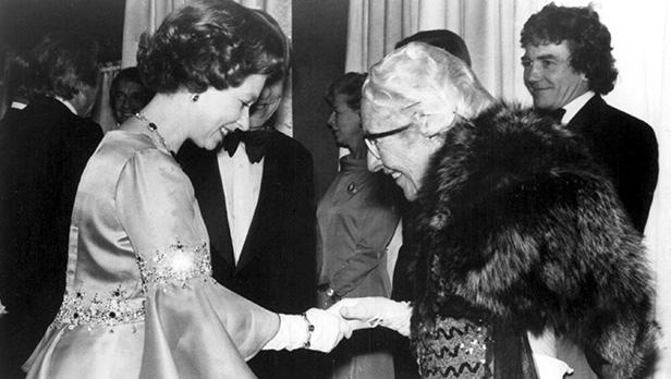 "Agatha Christie cumprimenta a Rainha da Inglaterra na premiére de ""Assassinato no Expresso Oriente"""
