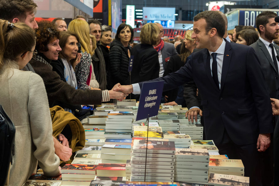 O presidente da França, Emmanuel Macron, circulou pelo Salão do Livro de Paris, mas evitou o pavilhão da Rússia