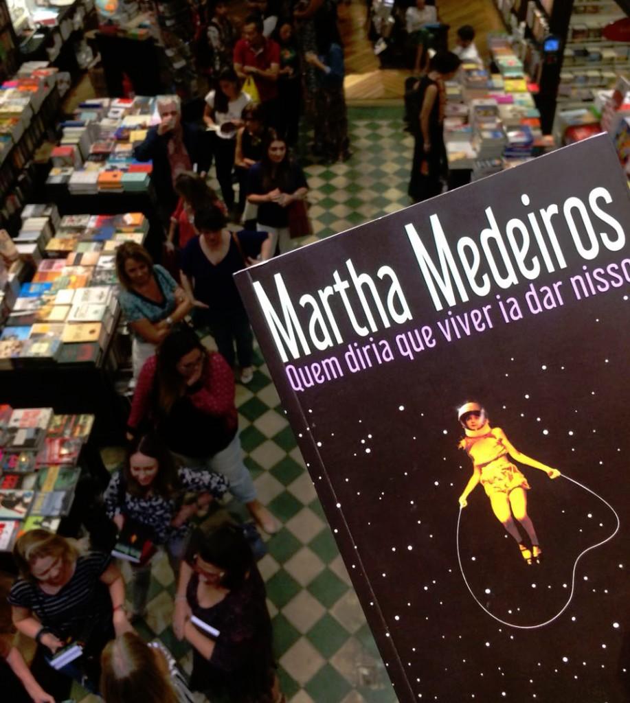 A fila de autógrafos atravessava a livraria e invadia a calçada em frente à Travessa de Ipanema