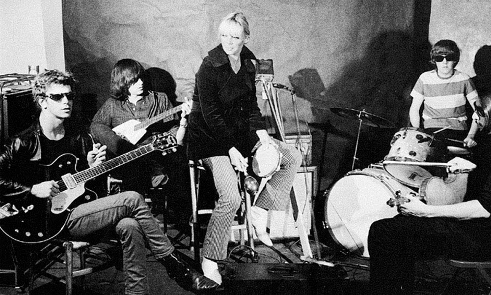 Nico cantou com o The Velvet Underground por influência (ou imposição) de Andy Warhol